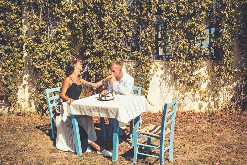 Concepto de la oferta y del matrimonio Pares en amor en el café al aire libre Mano del beso del hombre de la muchacha en restaura fotografía de archivo libre de regalías