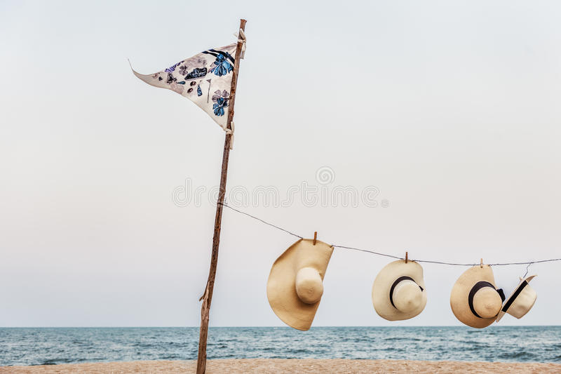 Concepto de la orilla de mar de Peg Woven Hats Flag Pole de la ejecución fotografía de archivo
