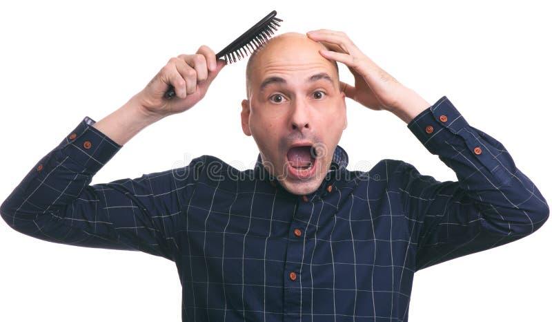 Concepto de la pérdida de pelo Hombre calvo dado una sacudida eléctrica imagenes de archivo