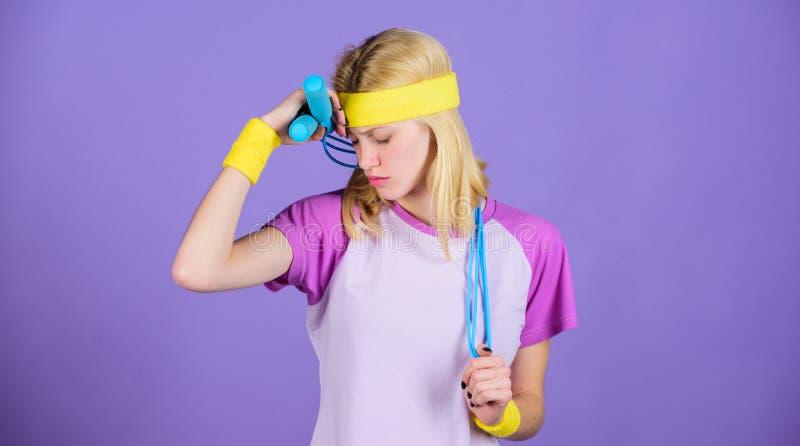Concepto de la pérdida de peso La cuerda de salto es hornilla de la gran caloría La cuerda de salto del control de la muchacha ll imagen de archivo libre de regalías