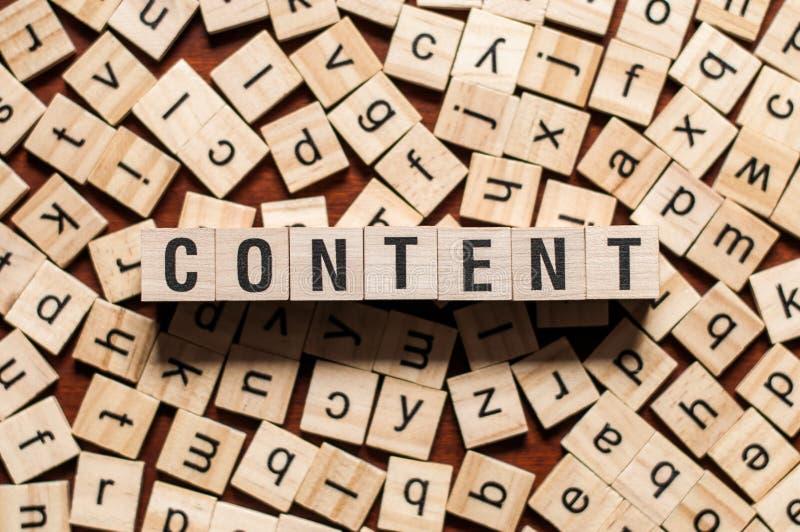Concepto de la palabra CONTENTA en los cubos de madera para los artículos imagen de archivo