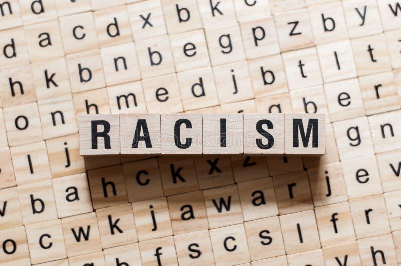 Concepto de la palabra del racismo imagenes de archivo
