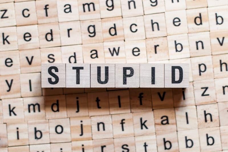 Concepto de la palabra estúpida imagenes de archivo