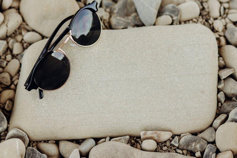 concepto de la pasión por los viajes y del viaje gafas de sol elegantes del inconformista en bea imagen de archivo libre de regalías