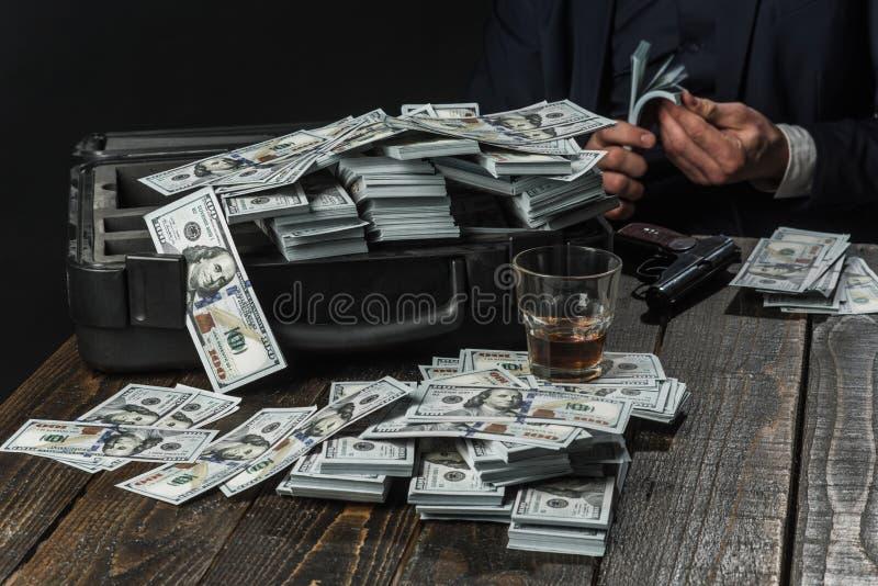 concepto de la pequeña empresa Hombre en traje mafia Fabricación del dinero Trabajo del hombre de negocios en oficina del contabl imagen de archivo