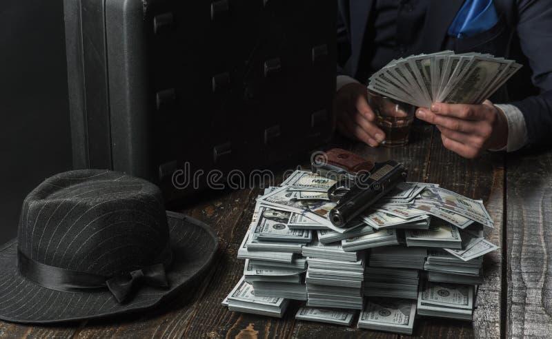 concepto de la pequeña empresa Trabajo del hombre de negocios en oficina del contable Economía y finanzas Contable del hombre Hom imágenes de archivo libres de regalías