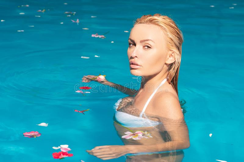 Concepto de la piscina de la muchacha de la belleza Viajes Ocio activo de la mujer joven - concepto de la piscina Gente joven que foto de archivo libre de regalías