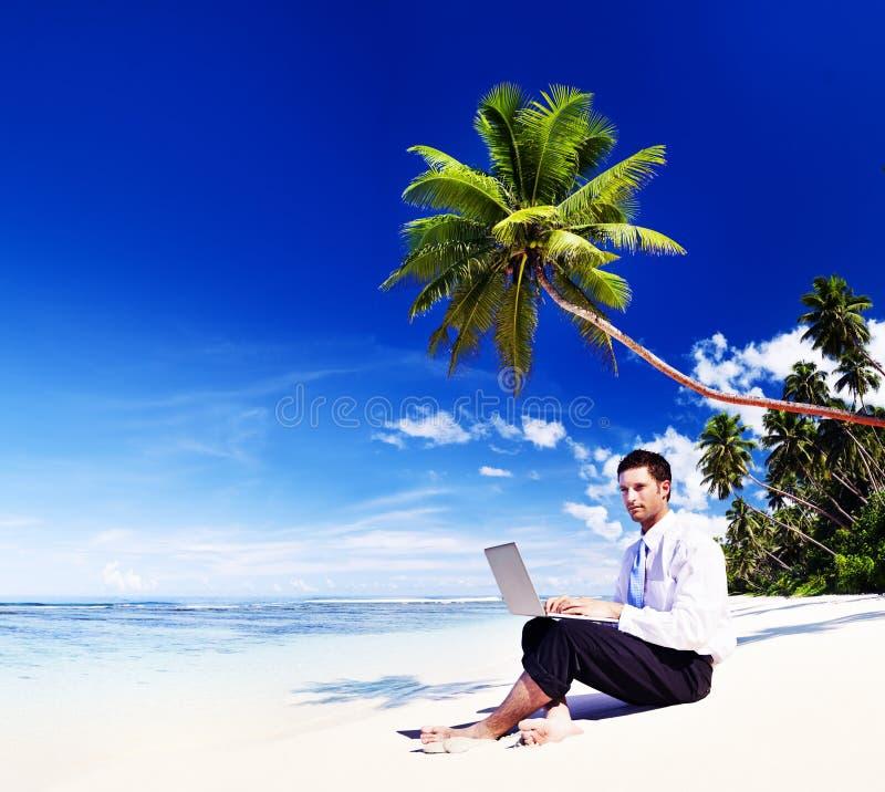 Concepto de la playa de Working Laptop Summer del hombre de negocios fotos de archivo libres de regalías