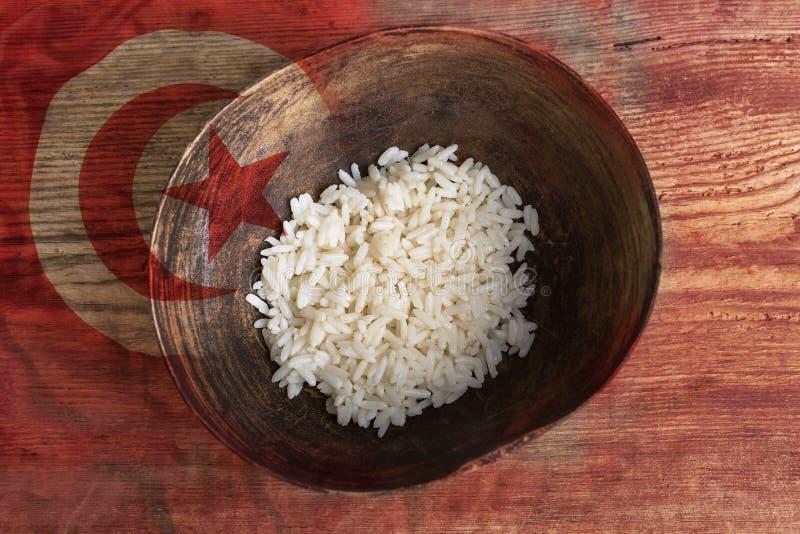 Concepto de la pobreza, cuenco de arroz con la bandera tunecina fotografía de archivo libre de regalías