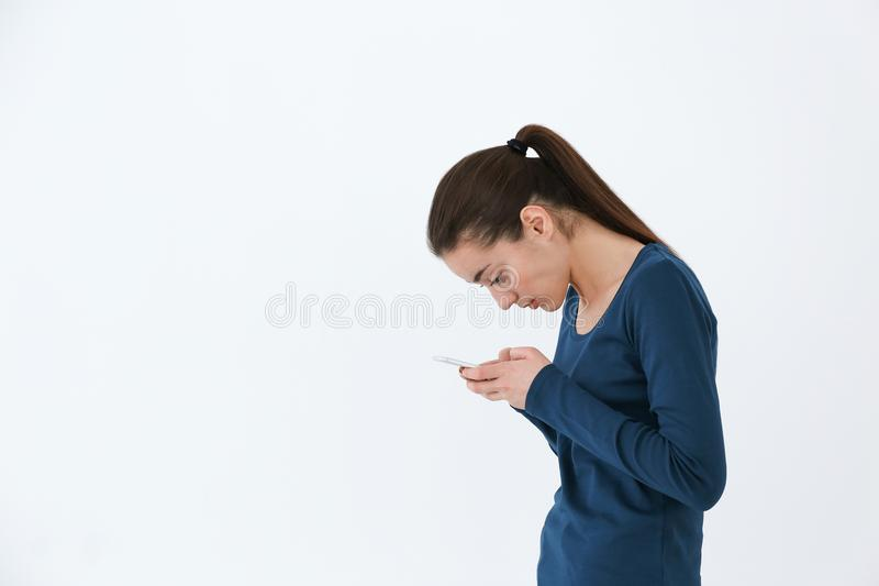 Concepto de la postura Mujer joven que usa smartphone imagen de archivo