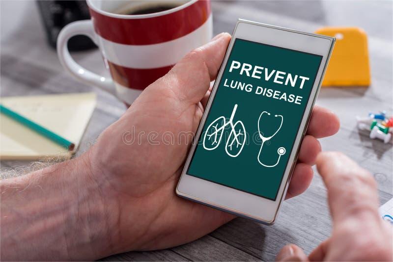 Concepto de la prevención de la enfermedad pulmonar en un smartphone fotos de archivo