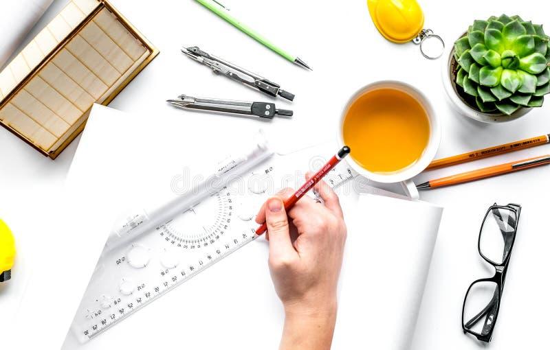 Concepto de la profesión con el escritorio del arquitecto y el backgroun del blanco de las herramientas imágenes de archivo libres de regalías