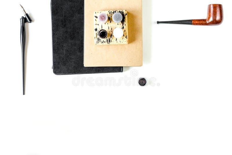 Concepto de la profesión con las herramientas del escritor en el top del fondo del escritorio del trabajo imágenes de archivo libres de regalías