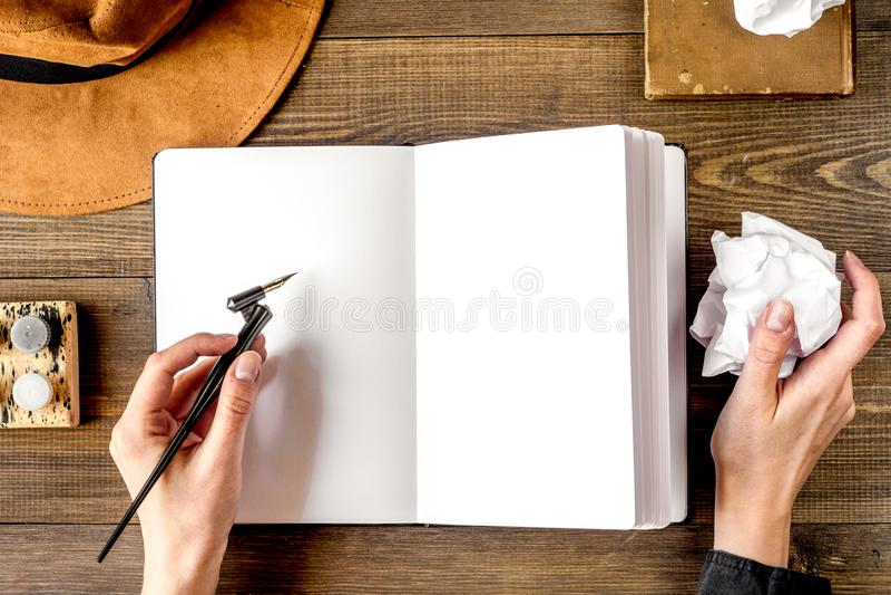 Concepto de la profesión con las herramientas del escritor en el top del fondo del escritorio del trabajo imagenes de archivo