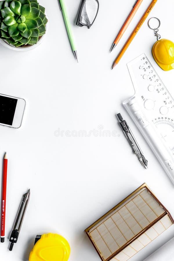 Concepto de la profesi?n con el escritorio del arquitecto y la maqueta blanca de la opini?n superior del fondo de las herramienta fotos de archivo