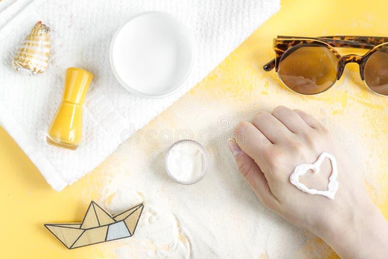 Concepto de la protección de Sun con crema y la loción en la opinión superior del fondo anaranjado foto de archivo libre de regalías