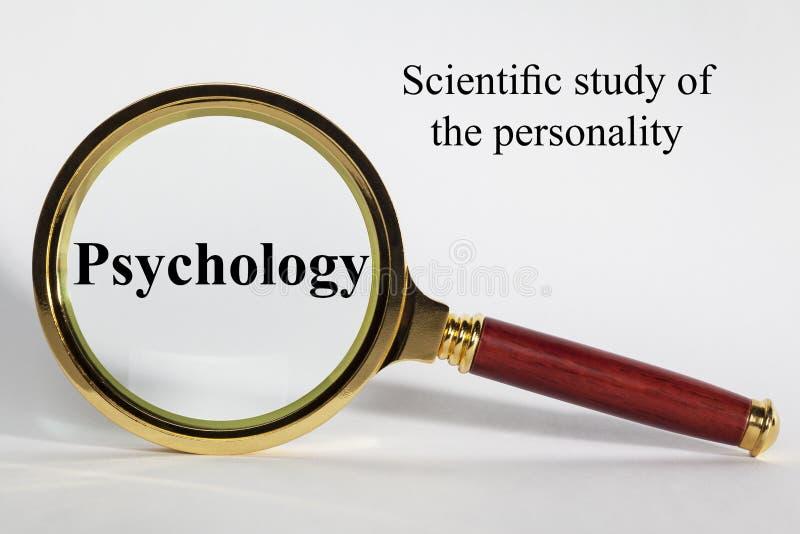 Concepto de la psicología con palabras y la lupa fotografía de archivo libre de regalías