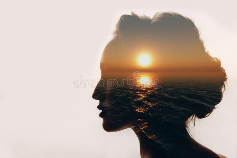 Concepto de la psicología Salida del sol y silueta de la mujer foto de archivo libre de regalías