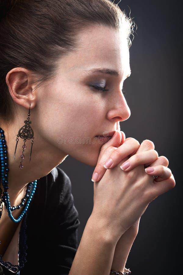 Concepto de la religión - mujer y su rezo foto de archivo libre de regalías