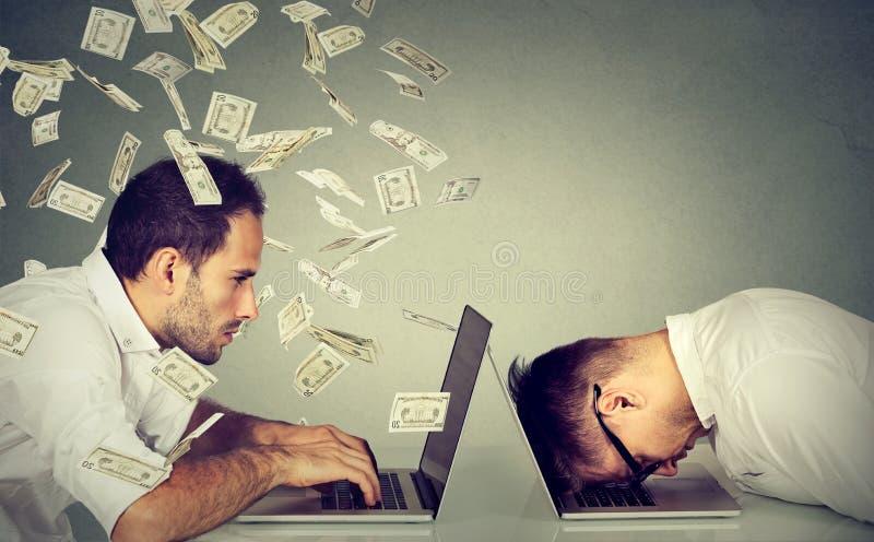 Concepto de la remuneración de la renta del empleado Diferencia de trabajo del sueldo de la paga imagen de archivo libre de regalías
