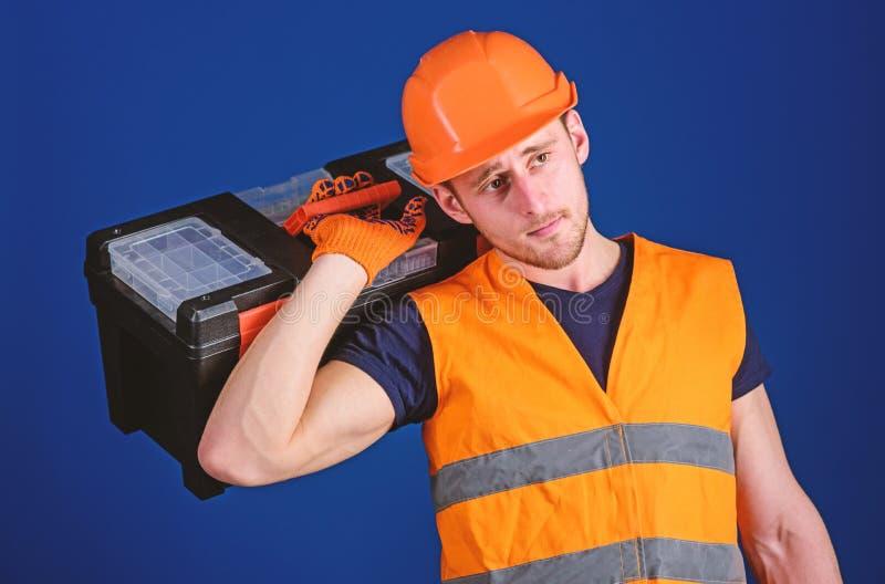 Concepto de la reparación y de la renovación El trabajador, reparador, reparador, constructor fuerte en cara pensativa lleva la c imagen de archivo libre de regalías