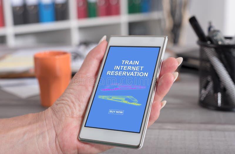 Concepto de la reserva de Internet del tren en un smartphone imagen de archivo