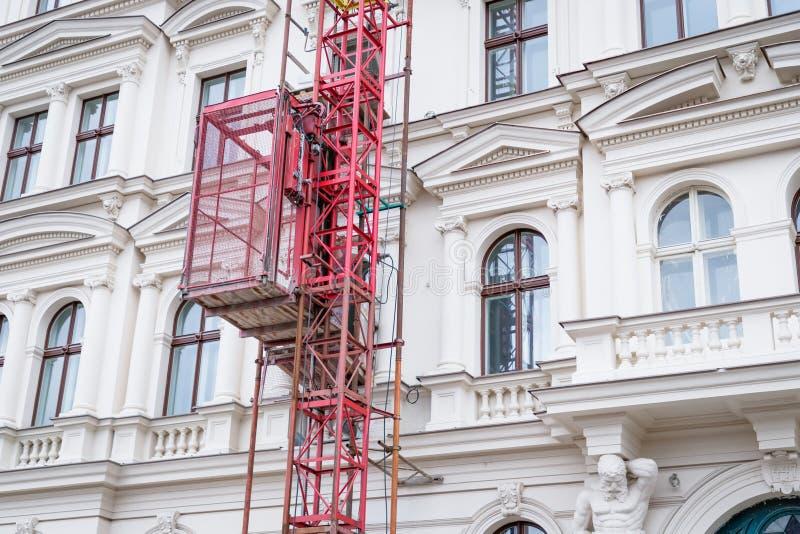 Concepto de la restauración de la fachada Casa de Praga y elevador históricos hermosos del andamio imagen de archivo