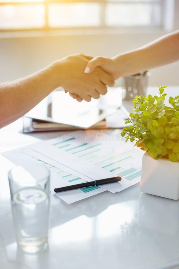 Concepto de la reunión de la sociedad del negocio Apretón de manos de los businessmans de la imagen Apretón de manos acertado de  fotos de archivo