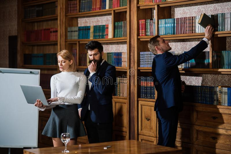 Concepto de la reunión Los estudiantes universitarios tienen reunión importante en biblioteca Grupo de personas en sala de reunió imagen de archivo libre de regalías