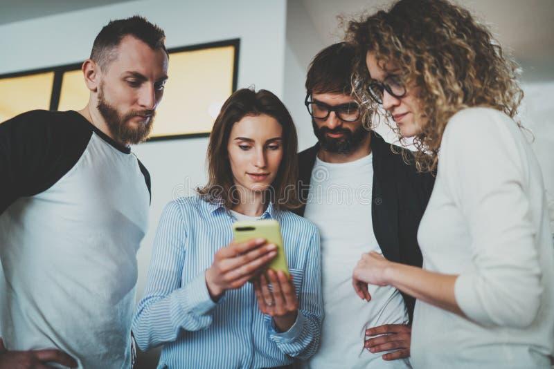 Concepto de la reunión de negocios Los compañeros de trabajo combinan el trabajo con los dispositivos móviles en la oficina moder fotos de archivo