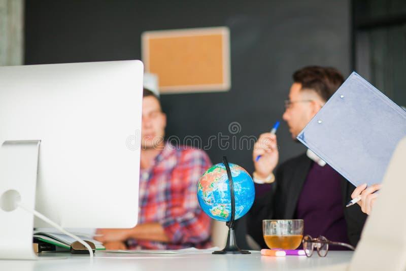Concepto de la reunión de reflexión del trabajo en equipo del negocio, grupo de colegas en oficina fotografía de archivo libre de regalías
