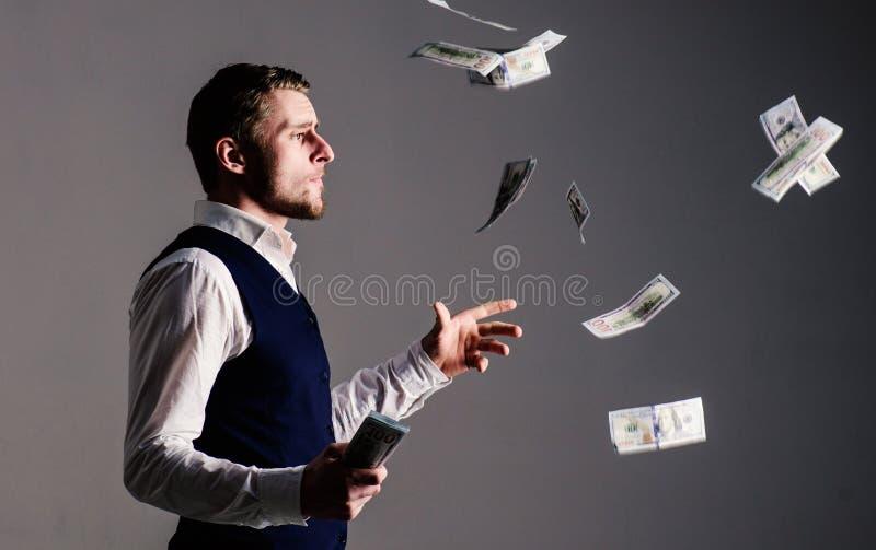 Concepto de la riqueza y de la riqueza empresario en la cara arrogante que pierde el dinero fotos de archivo