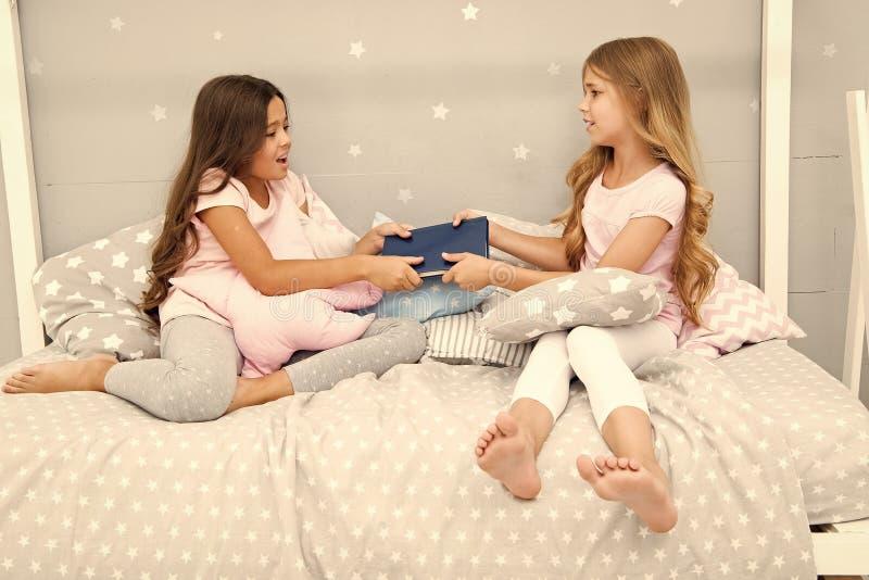Concepto de la rivalidad de las hermanas Problemas de las relaciones de las hermanas Libro de la parte con el amigo Los ni?os en  fotografía de archivo