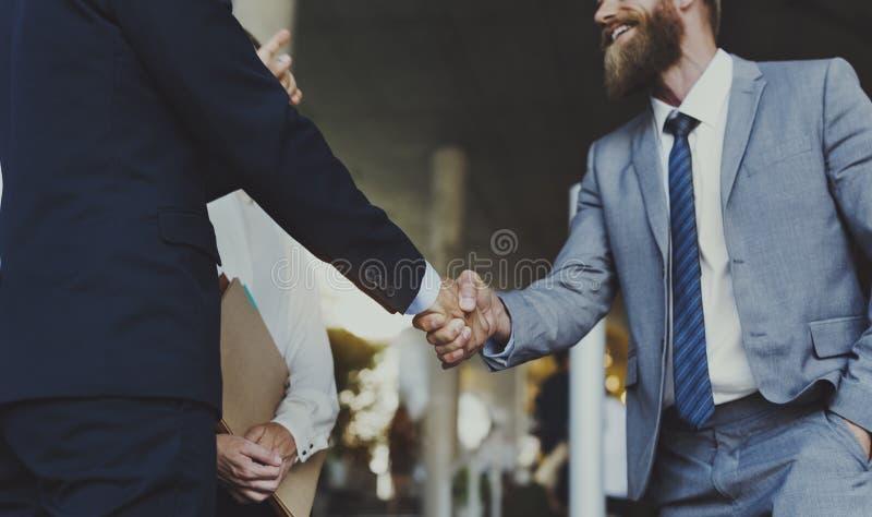 Concepto de la sacudida de las manos del acuerdo del negocio de las mujeres de los hombres fotos de archivo
