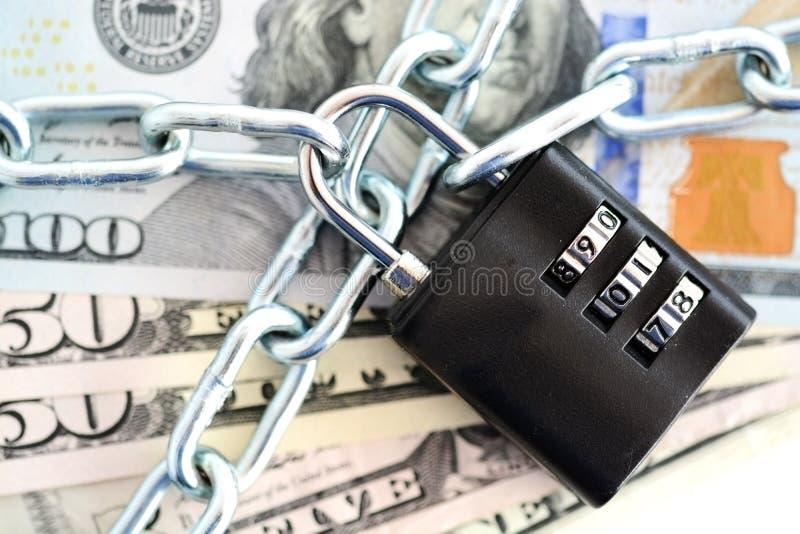 Concepto de la seguridad financiera con la cadena y el candado en billetes de banco del efectivo imagen de archivo libre de regalías
