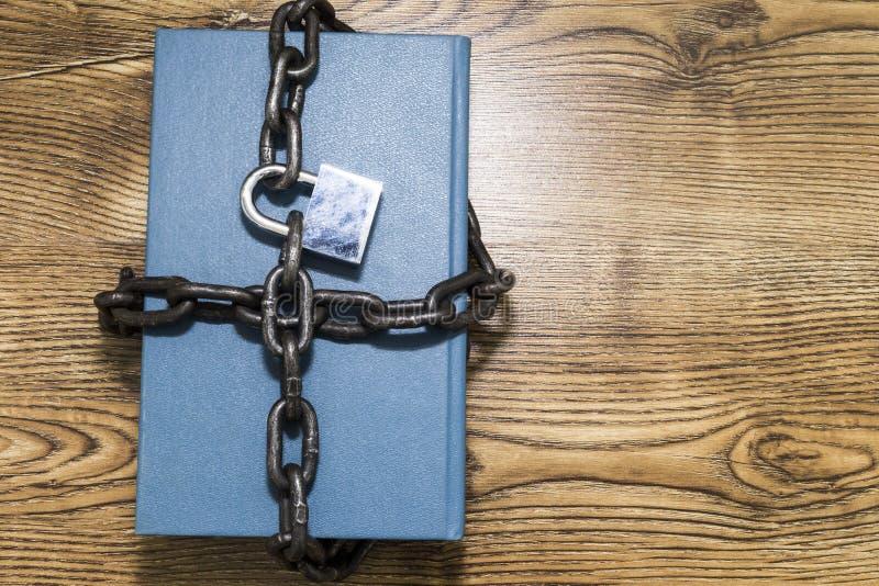 Concepto de la seguridad de información, libro con la cadena y candado foto de archivo libre de regalías