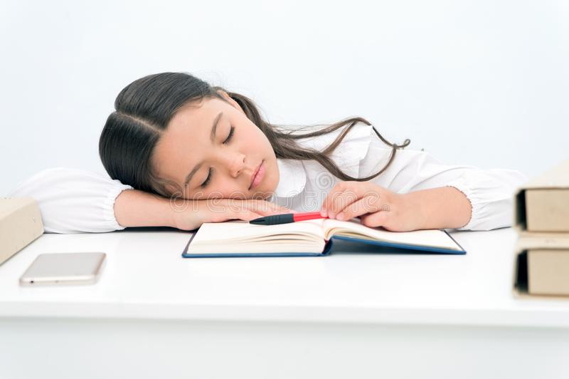 Concepto de la siesta La colegiala cansada tiene siesta Niña que toma siesta en el escritorio Es un rato de la siesta fotografía de archivo