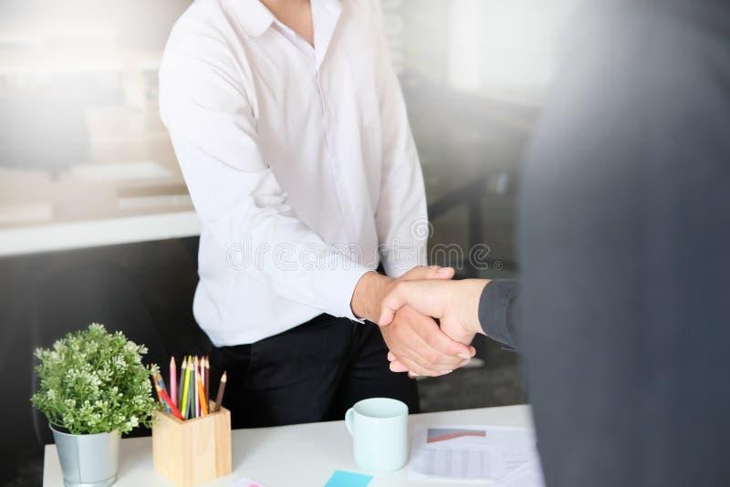 concepto de la sociedad del negocio hombre de negocios que sacude las manos que acaban para arriba una reunión, concepto de la ad foto de archivo