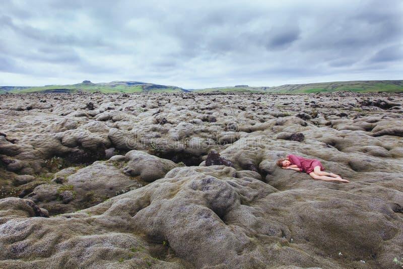 Concepto de la soledad, mujer deprimida sola, imagen artística foto de archivo