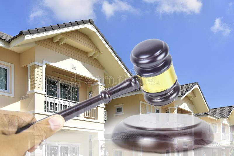 Concepto de la subasta de las propiedades inmobiliarias de la propiedad foto de archivo libre de regalías