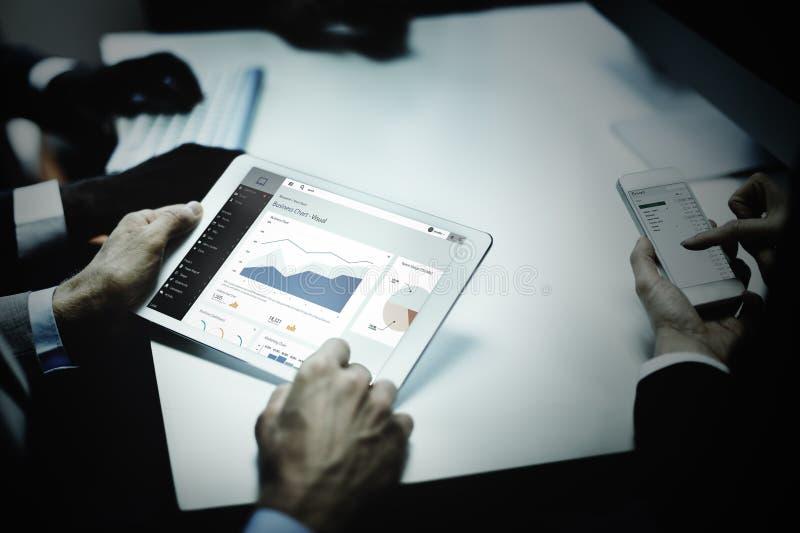 Concepto de la tableta de la tecnología de las ideas de los hombres de negocios imágenes de archivo libres de regalías