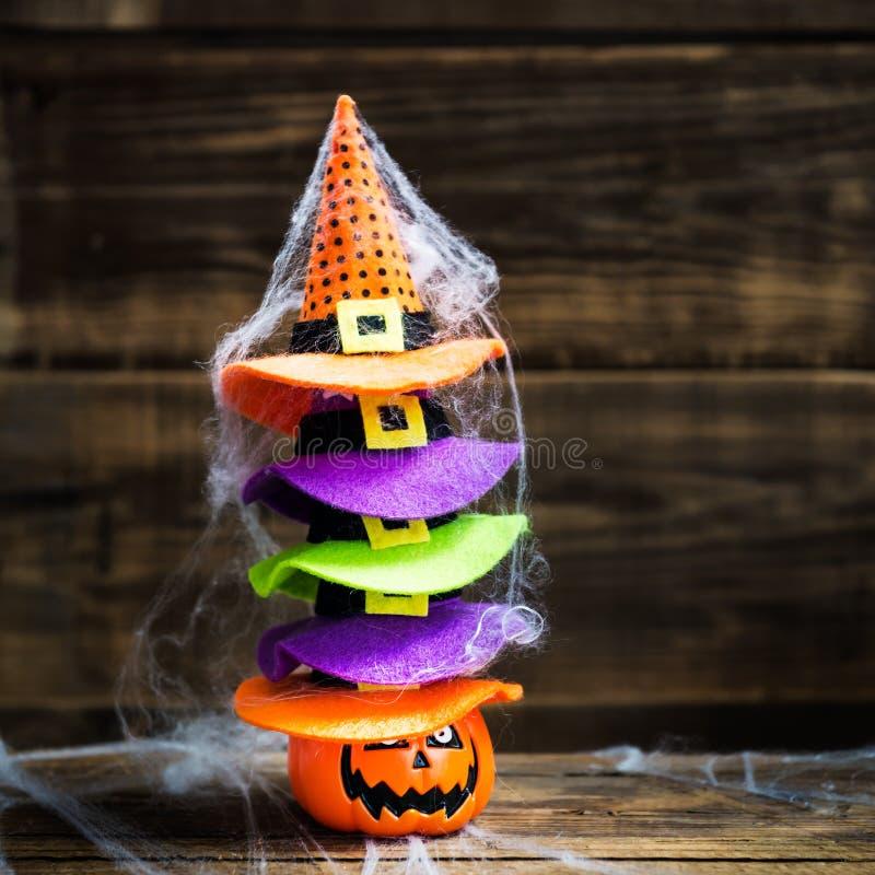 Concepto de la tarjeta de Halloween con la cabeza de la calabaza y la pila de littl lindo foto de archivo