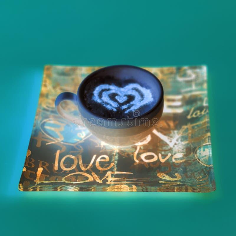 Concepto de la taza de café de la forma del corazón aislado en fondo rosado taza del amor, dibujo del corazón en el café del arte fotos de archivo
