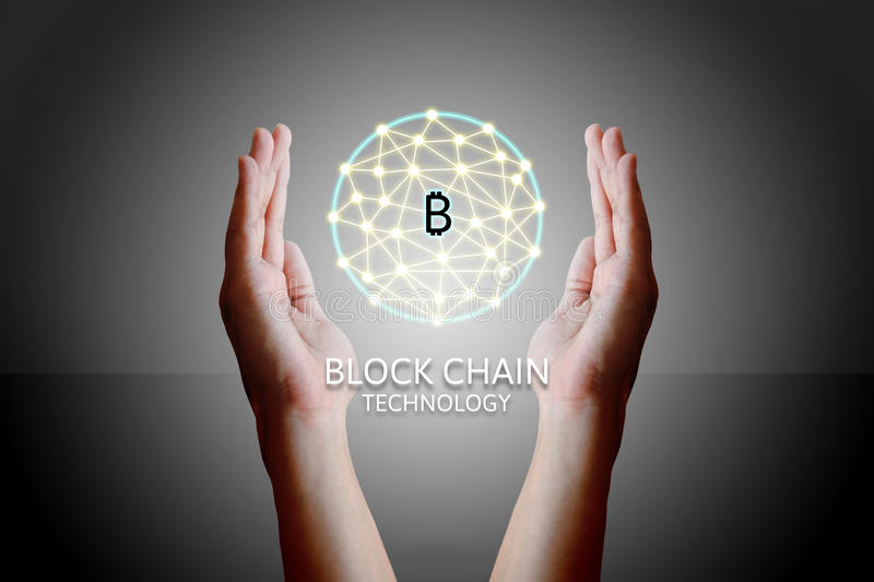 Concepto de la tecnología de Blockchain, mujer que lleva a cabo el diag del sistema virtual imágenes de archivo libres de regalías