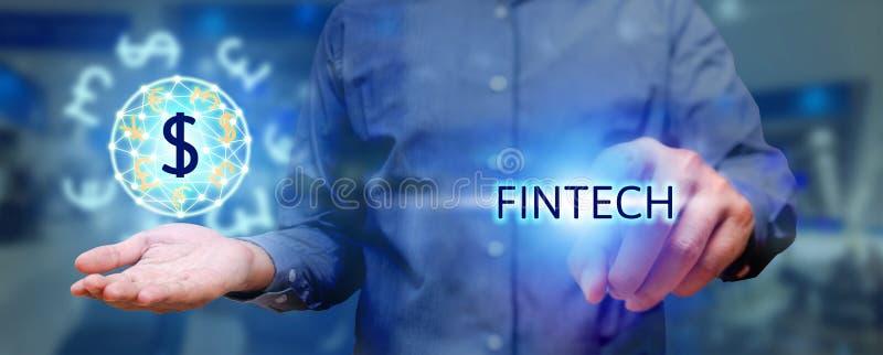 Concepto de la tecnología de Finacial, hombre que presiona el fintech del texto y el holdi fotos de archivo
