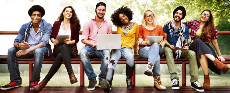 Concepto de la tecnología de la amistad de los amigos de la juventud junto foto de archivo libre de regalías