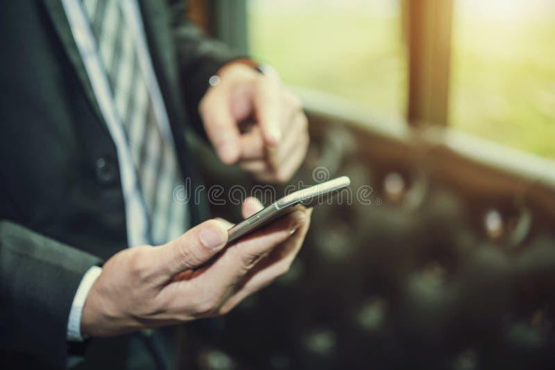 Concepto de la tecnología de las relaciones de negocios Mano del usi del hombre de negocios foto de archivo