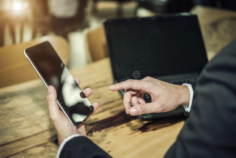 Concepto de la tecnología de las relaciones de negocios, mano del usin del hombre de negocios foto de archivo libre de regalías