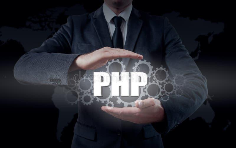 Concepto de la tecnología y de Internet - el hombre de negocios sostiene el botón del PHP en las pantallas virtuales fotos de archivo
