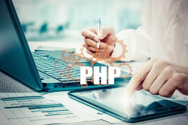 Concepto de la tecnología y de Internet - el hombre de negocios sostiene el botón del PHP en las pantallas virtuales foto de archivo libre de regalías